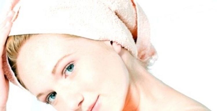 Чтобы добиться лучшего эффекта после нанесения смеси, заверните волосы в пищевую пленку или банную шапочку, а поверх закрутите полотенце.
