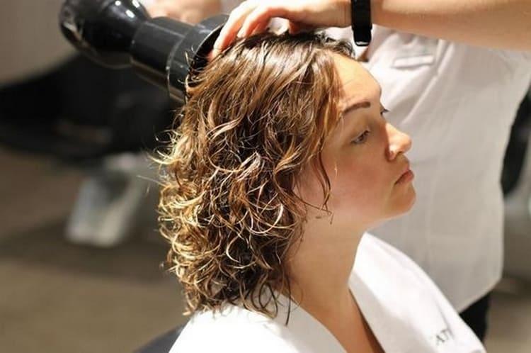 Есть разные виды завивки волос на длительное время.