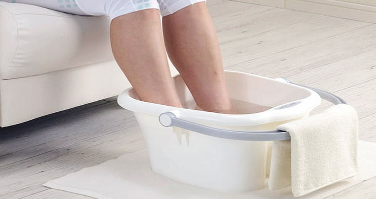Опустите ноги в теплую воду с жидким мылом