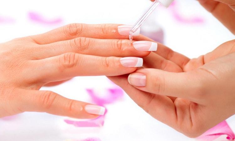 Нанесите масло для кутикулы у основания ногтя