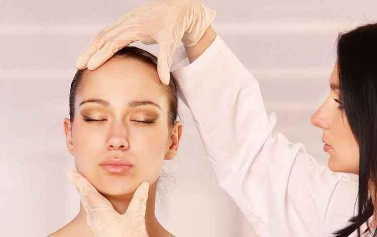 Перед проведением лазерной биоревитализации гиалуроновой кислотой обязательно надо проконсультироваться с хорошим косметологом.