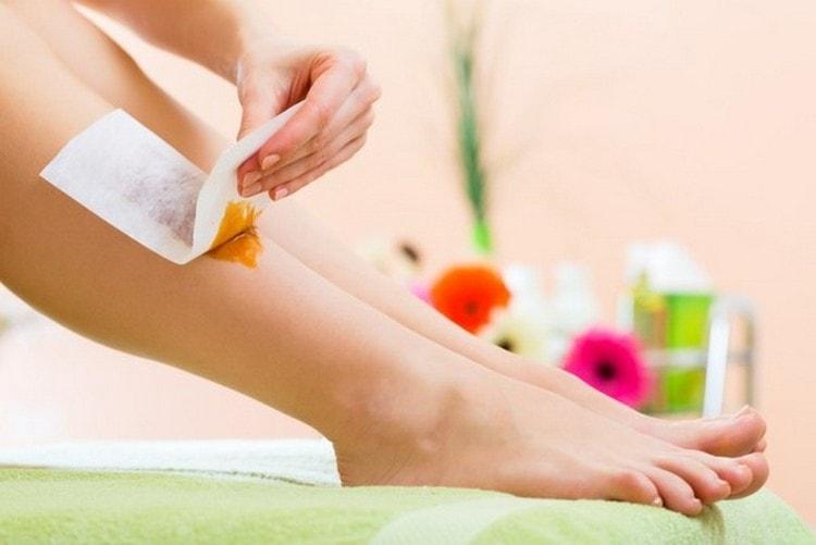 депиляцию ног в домашних условиях можно делать несколькими способами.