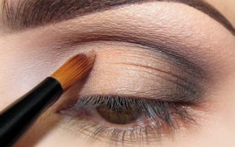 Посмотрите видео о том, как правильно наносить тени на глаза.