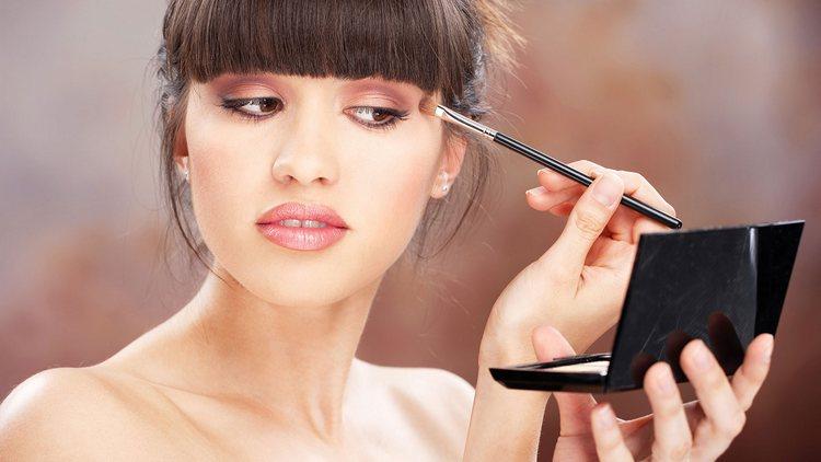 Узнать, как наносить тени на глаза пошагово, можно и на специальных курсах макияжа.