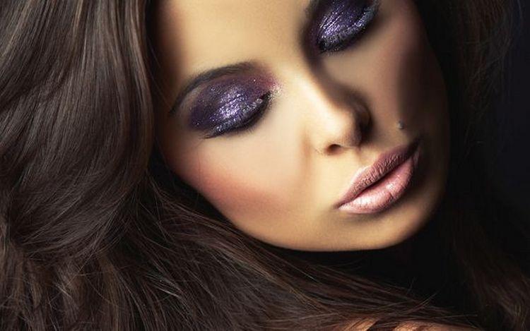 В вечернем макияже для смуглых брюнеток можно использовать фиолетовые тени.