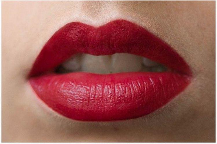 Красная помада поможет сделать более выразительным макияж для кареглазых брюнеток.