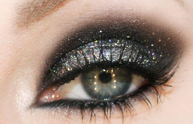 Можно использовать также блестки в таком макияже.
