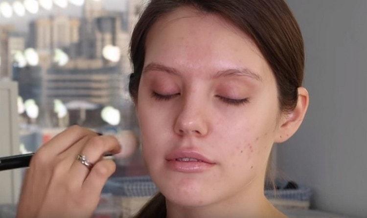 Можно легко сделать макияж с палеткой Мейбелин блаш нюд.