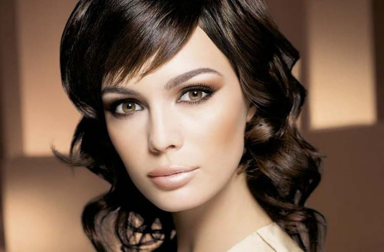 если собираетесь на фотосессию, то и макияж будет зависеть от ее тематики.