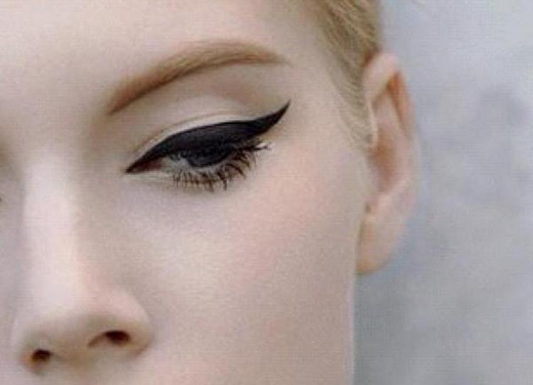 Кошачьи глаза тоже не выходят из моды среди женщин всех возрастов.