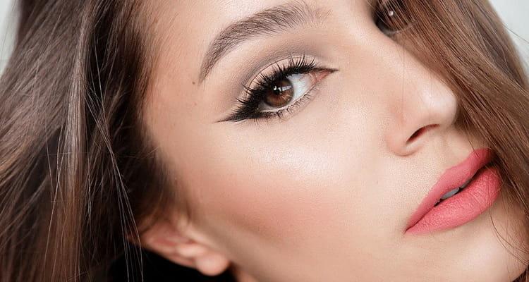 Кошачий макияж со стрелками и тенями фото
