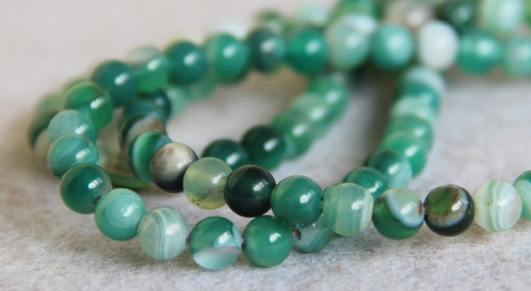 магические свойства камня зеленый агат подходят таким знакам зодиака как Телец, Весы, Водолей.