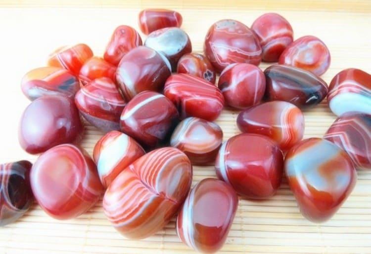 Мощными магическими свойствами обладает красный агат.