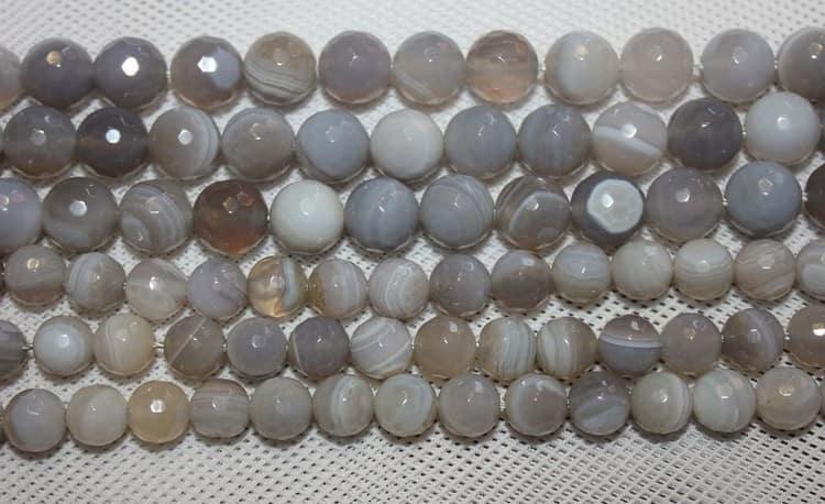 Главное свойство камня серый агат это привлечение удачи и счастья.