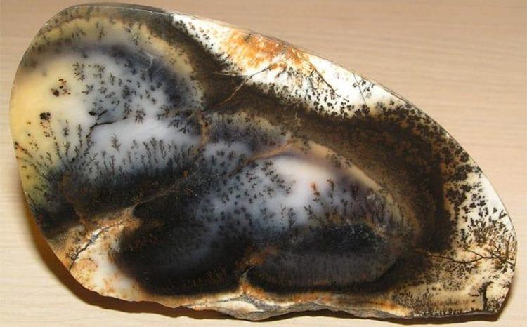 Узнайте также, кому подходит камень моховый агат и каковы его свойства.