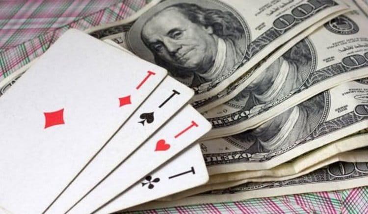 Самым популярным и простым является гадание на игральных картах на деньги.