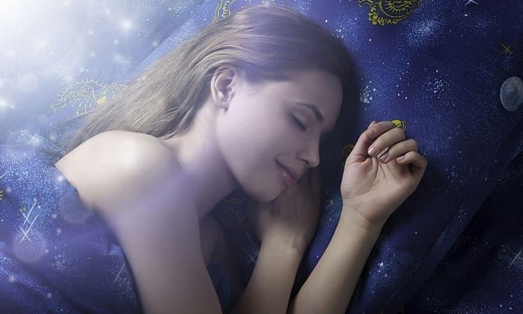 Достаточно популярным остается и гадание на суженого во сне.