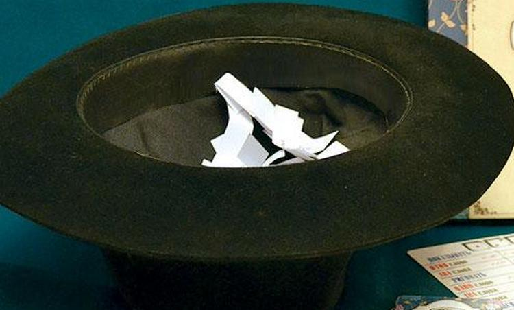 Популярное и простое гадание на суженого-ряженого это вытягивание имен со шляпы.