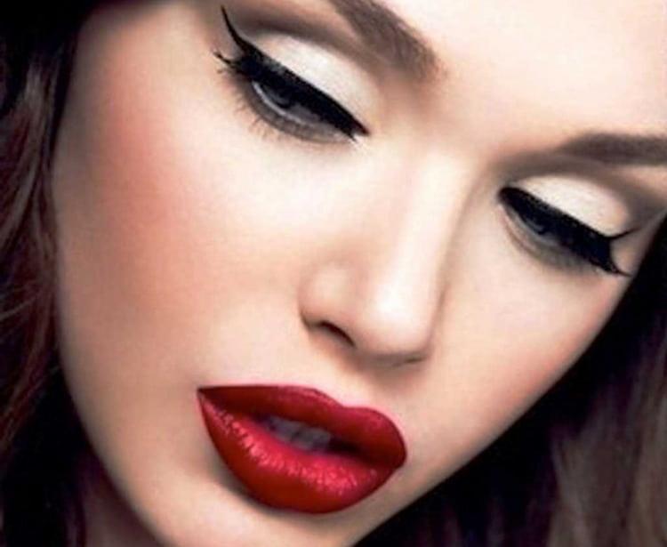 Губы должны стать соблазнительным акцентом в таком макияже.