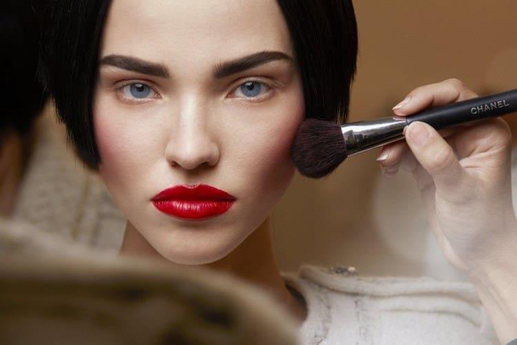 техника голливудского макияжа подразумевает правильное использование румян.