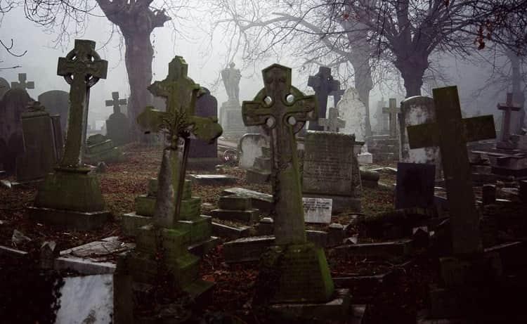 Читать надписи на могилах во сне это не очень хорошо.