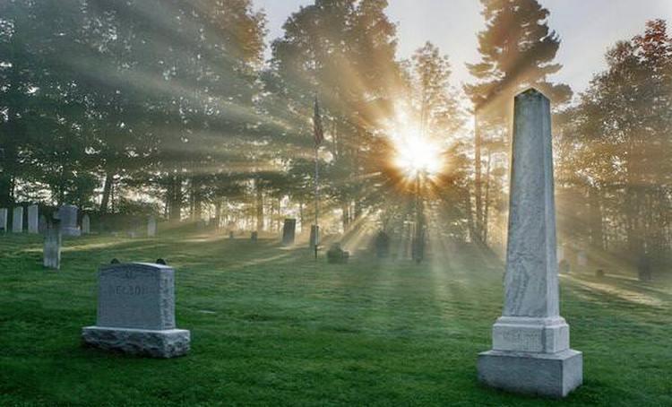 Узнайте, к чему снится памятник на кладбище.
