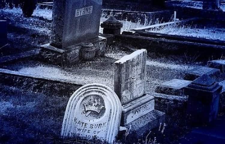 В соннике можно встретить разную трактовку того, к чему снится кладбище и ходить среди могил.