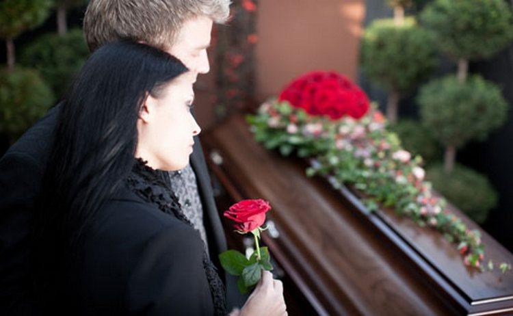 Узнайте, к чему снятся гробы и похороны.