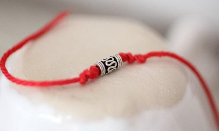 на какую руку завязывают красную нить