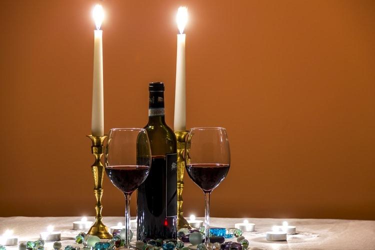 Буквально самый простой способ, как вернуть романтику в отношениях с мужем, это красивый ужин для двоих или поход в ресторан.