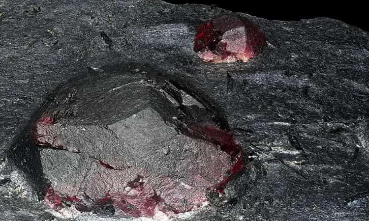 камень гранат фото свойства и значение
