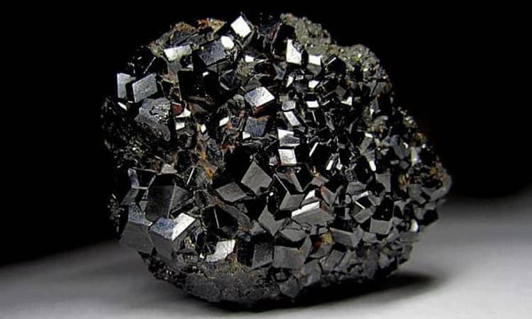 черный гранат камень свойства