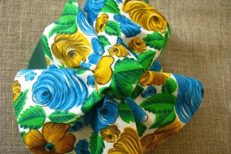 На большой кусок ткани надеваем меньший и обвязываем так же.