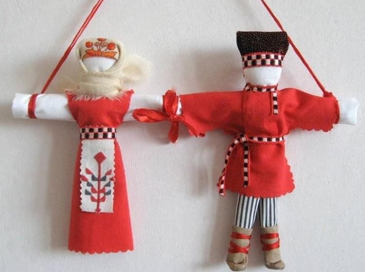Такую куклу-оберег делают или дарят на счастье.