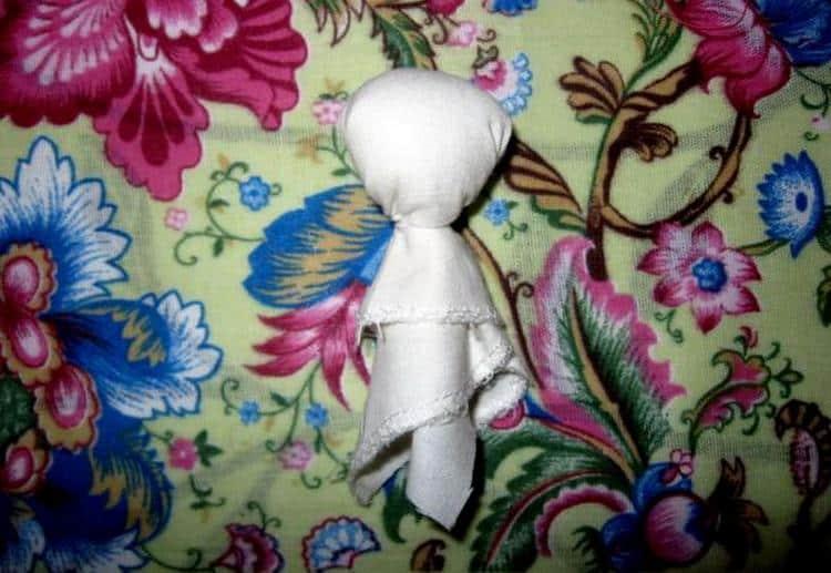 Посмотрите, как сделать народные куклы-обереги своими руками.