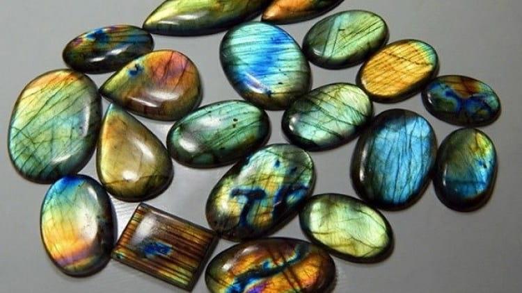 Ценными магическими свойствами обладает и лунный камень лабрадор.