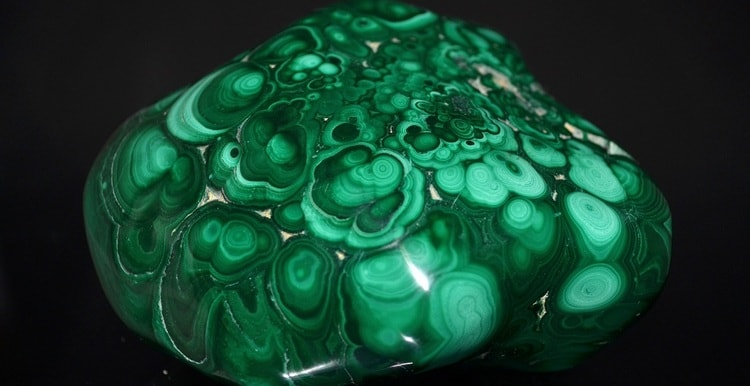 Узнайте все о свойствах и значении камня малахит (на фото).