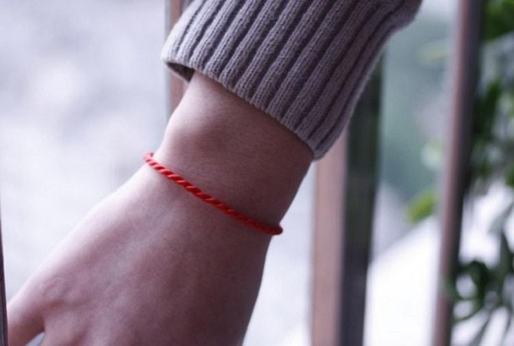 Считается, что защититься от сглаза можно при помощи завязанной на запястье красной нити.