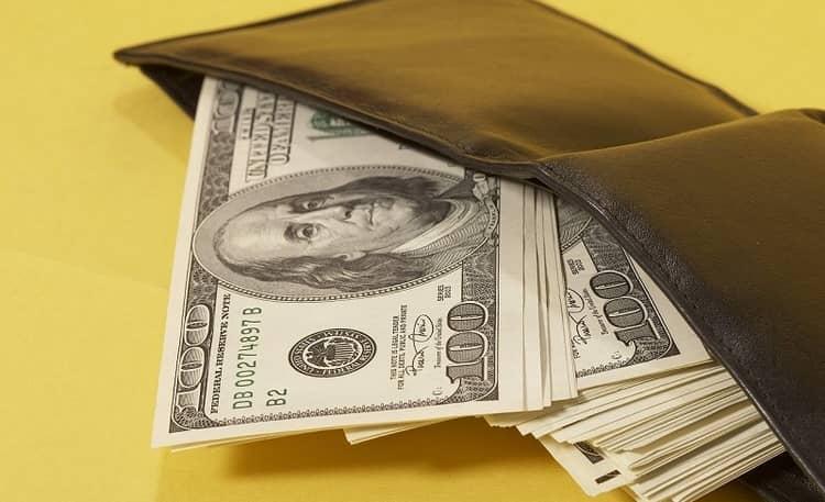 очень важно правильно читать заговор на деньги в домашних условиях.