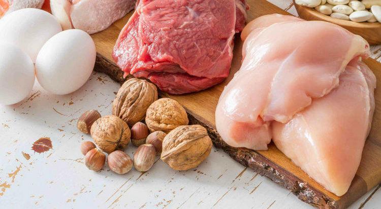 При такой диете акцент припадает на мясные блюда.