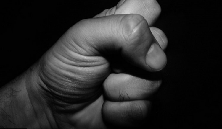 Если зачесалась правая ладонь, можно сжать руку в кулак, поцеловать его и опустить в карман, как будто высыпаете туда деньги.