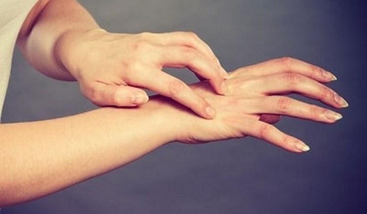 Кроме ладони, может также чесаться и вся рука или какие-то конкретные пальцы.