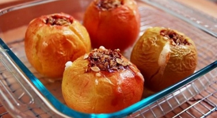 на ужин или перед сном можно приготовить печеные яблоки.