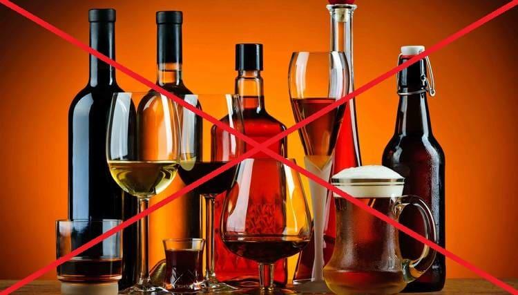 При этой диете полностью исключается употребление спиртного.