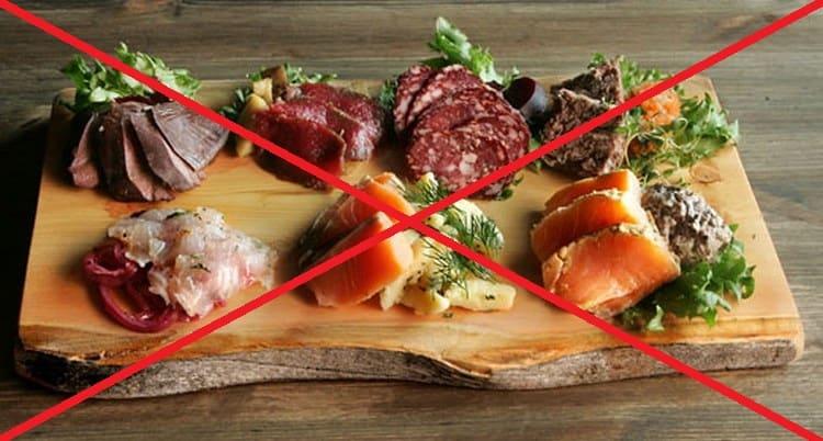 Из меню при соблюдении диеты при диарее у взрослого следует исключить копчености, колбасы, жирную пищу.