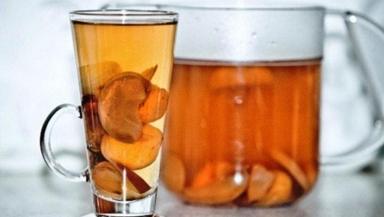 И детям, и взрослым при отравлении очень полезно пить компот из сухофруктов.