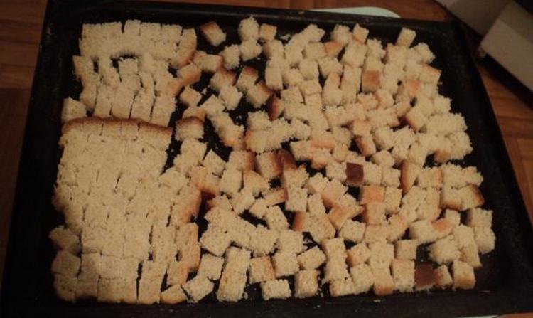 Для деток можно дома сделать сухарики из белого хлеба.