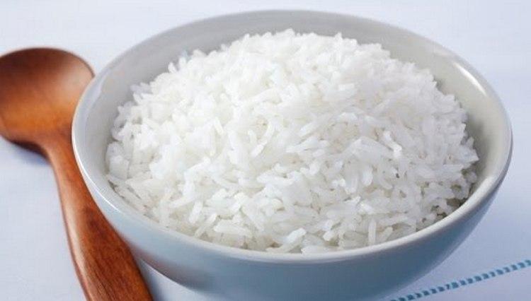 Если говорить о диете после отравления, самым простым блюдо будет отварной белый рис.