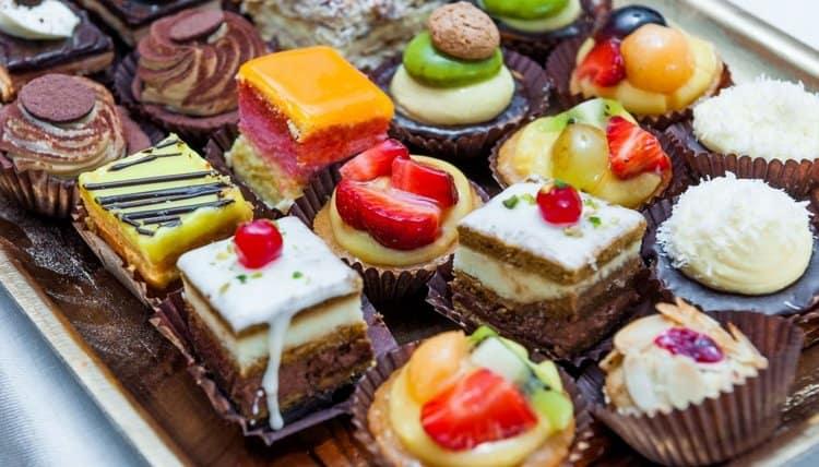 Диета при кишечном отравлении строжайше исключает сладости.