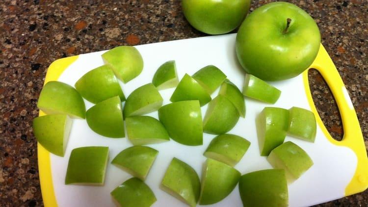 Помимо гречки, иногда можно съедать несладкое яблоко.
